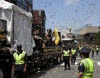 БОСТОН, МАМЫ, США - 18-ОЕ ИЮНЯ: Топтыгины Бостона проходят парадом через Бостон после выигрывать Stanley Cup впервые за 39 лет, j Стоковые Изображения