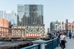 Бостон Массачусетс США 06 09 взгляд 2017 на портовом районе с небоскребами и старым мостом бульвара Стоковое Фото