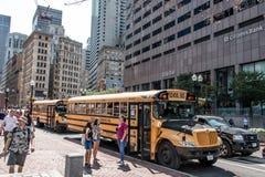 БОСТОН СОЕДИНЕННЫЕ ШТАТЫ 05 09 2017 - типичный американский желтый школьный автобус drinving в центре города Бостона Стоковая Фотография