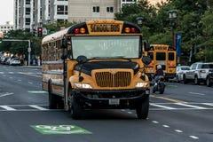 БОСТОН СОЕДИНЕННЫЕ ШТАТЫ 05 09 2017 - типичный американский желтый школьный автобус drinving в центре города Бостона Стоковые Изображения