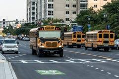БОСТОН СОЕДИНЕННЫЕ ШТАТЫ 05 09 2017 - типичный американский желтый школьный автобус drinving в центре города Бостона Стоковое Изображение