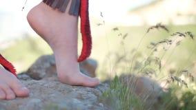 Босые ноги девушки на утесах акции видеоматериалы