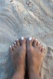 Босые ноги девушки на белом песке Стоковое Изображение RF