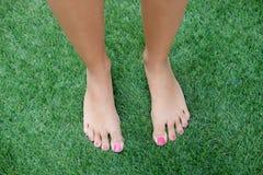 Босые ноги женщины на траве Стоковые Изображения RF