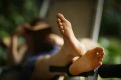 Босые ноги закрывают вверх по фото с девушкой чтения книги Стоковые Фотографии RF