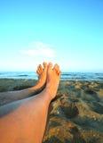2 босые ноги и длинных ноги человека на песчаном пляже Стоковое Изображение RF