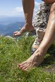 Босые ноги и ноги с Varicose венами туристского hiker Стоковые Изображения