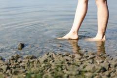 Босые ноги на воде Стоковая Фотография