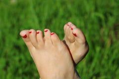 Босые ноги на зеленой траве, космосе экземпляра Стоковые Фото