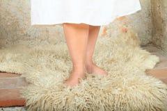 Босые ноги на мехе Стоковая Фотография