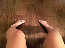 Босые ноги на древесине Стоковое фото RF