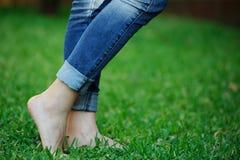 Босые ноги на траве Стоковые Фото