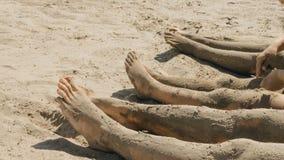 Босые ноги семьи на береге Стоковое Фото