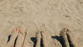 Босые ноги семьи на береге Стоковое Изображение RF