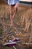 Босые ноги, тапки и девушка Стоковые Фото