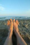 2 босые ноги утомленного человека на песчаном пляже Стоковые Изображения RF