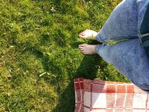 Босые ноги earthing Стоковая Фотография RF
