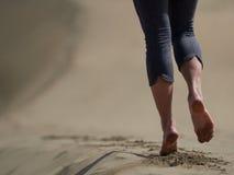 Босые ноги jogging молодой женщины/идя на пляж Стоковое Изображение RF