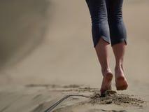 Босые ноги jogging молодой женщины/идя на пляж Стоковое Изображение
