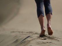 Босые ноги jogging молодой женщины/идя на пляж Стоковые Фото
