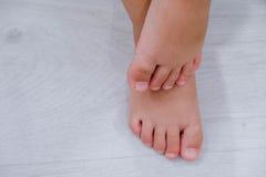 Босые ноги ` s детей Босые ноги ` s ребенка на деревянном поле Стоковое Изображение