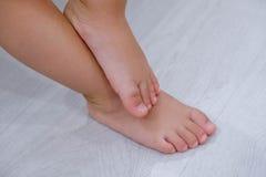 Босые ноги ` s детей Босые ноги ` s ребенка на деревянном поле Стоковые Изображения RF