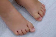 Босые ноги ` s детей Босые ноги ` s ребенка на деревянном поле Стоковое фото RF