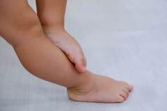 Босые ноги ` s детей Босые ноги ` s ребенка на деревянном поле Стоковые Изображения