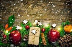 Ботанический флористический состав рождества Циннамон печений подарочных коробок безделушек конусов сосны яблок свежего зеленого  стоковое изображение rf