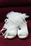 2 ботинка белых свадеб невесты легких Стоковые Фото