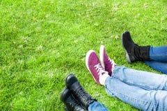 3 ботинка людей на траве Стоковые Фото