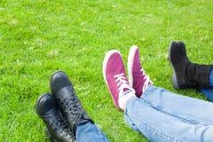 3 ботинка людей на траве Стоковые Фотографии RF