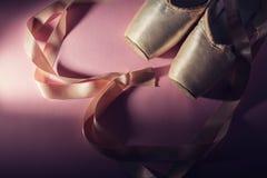 Ботинки балета на розовой предпосылке Стоковые Фото