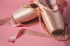 Ботинки балета на розовой предпосылке Стоковые Изображения