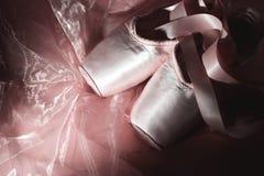 Ботинки балета на розовой предпосылке Стоковая Фотография RF