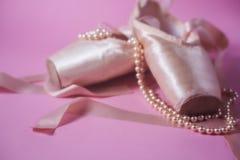 Ботинки балета на розовой предпосылке Стоковое Изображение