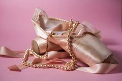 Ботинки балета на розовой предпосылке Стоковое Изображение RF