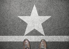 Ботинки бизнесмена стоят на дороге с знаком звезды Стоковые Изображения RF