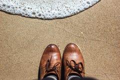 Ботинки Брайна кожаные около моря Стоковые Фото