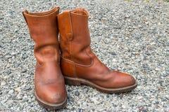 Ботинки Брайна на малой каменной предпосылке стоковые фото