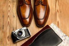 Ботинки Брауна и винтажная камера стоковые изображения