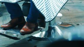 Ботинки Брауна конца человека вверх по сидеть в стуле парикмахерских услуг Оборудование парикмахера видеоматериал