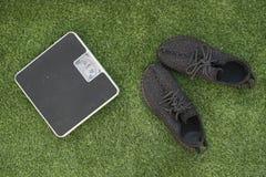 Ботинки веся масштаба и спорта на зеленой траве стоковые фото