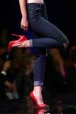 Ботинки взлётно-посадочная дорожка модного парада красивые красные Стоковые Изображения RF