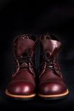 ботинки высокие Ботинки модных людей кожаные коричневые на черной предпосылке задний взгляд скопируйте космос Стоковые Фото