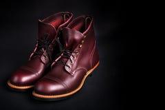 ботинки высокие Ботинки модных людей кожаные коричневые на черной предпосылке задний взгляд скопируйте космос Стоковое Изображение RF