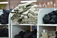 ботинки в продукции, гора войлока законченного продукта Стоковые Фото