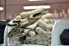 ботинки в продукции, гора войлока законченного продукта Стоковые Изображения RF