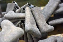 ботинки в продукции, гора войлока законченного продукта Стоковые Фотографии RF