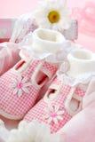 ботинки девушки подарка коробки младенца Стоковые Изображения